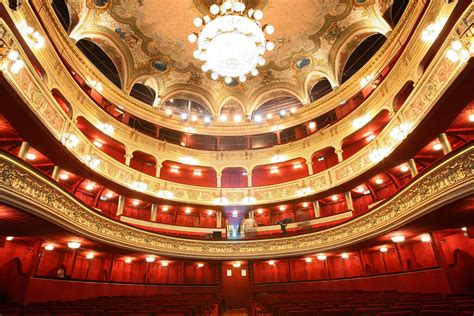 A First-Timer Experiences French Theatre